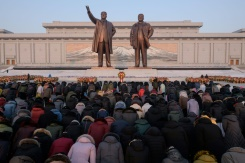 North Koreans pay tribute to Kim's father in freezing cold | Bangkok Post: news
