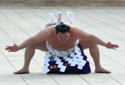 Slapped for a clap: Sumo champ Hakuho dressed down for '3 cheers'   Bangkok Post: news
