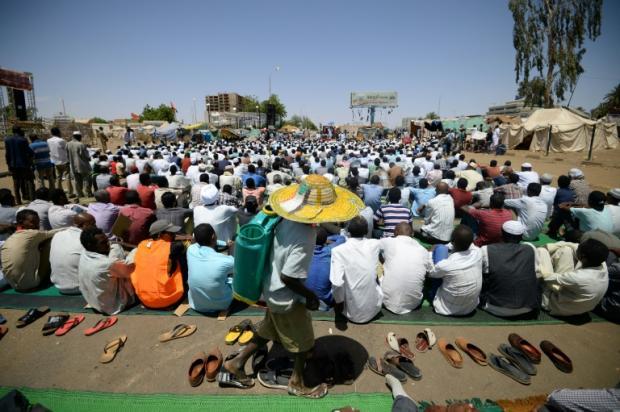 Sudan protesters tear down roadblocks, want army to resume talks | Bangkok Post: news