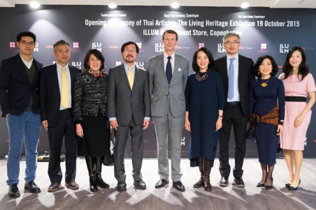Принц Йоахим в центре с семейством Ширативат. Слева направо: Аркан, Прин, Бусаба, Судхитам, Ювади, Тос, Супатра и Сукта.