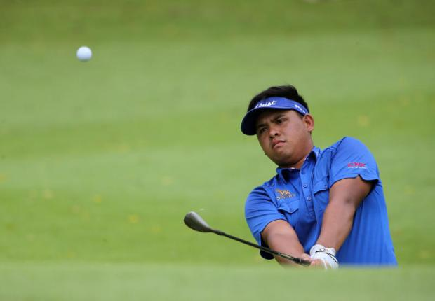 Hot putter gives Chanachok share of lead