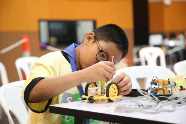 Thai students learn how to build a better robot