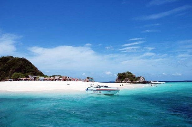 Surin Beach Et Is Just 24 Kilometers Far From Muang With Its Fine White Sand And Turquoise Water Very Por Among Tourists
